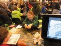 Nadine Schäkel lässt sich beim Livezeichnen auf die Finger schauen - oder durch Fragen vom Zeichnen ablenken.
