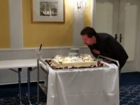 Markus Plötz pustet die Kerzen der DSA Torte aus